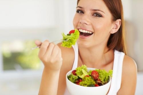 Жена яде салата